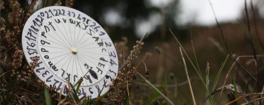 Dekodierscheibe vom Herbstlager im Gras.