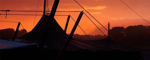 Zelte im Sonnenuntergang auf einem Pfadfinderlager.